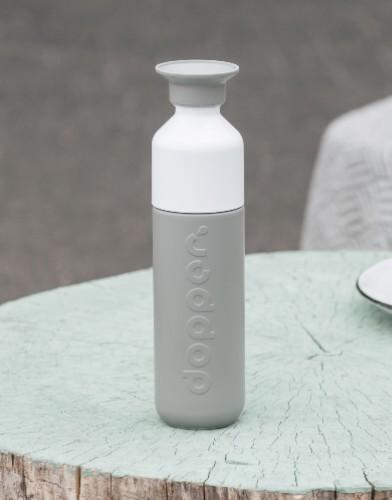 dopper insulated glacier grey productfoto buiten tafel