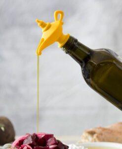 Peleg Design Oiladdin Olieschenker En Stopper pourer aladdin magische olielamp productfoto in gebruik sfeerbeeld